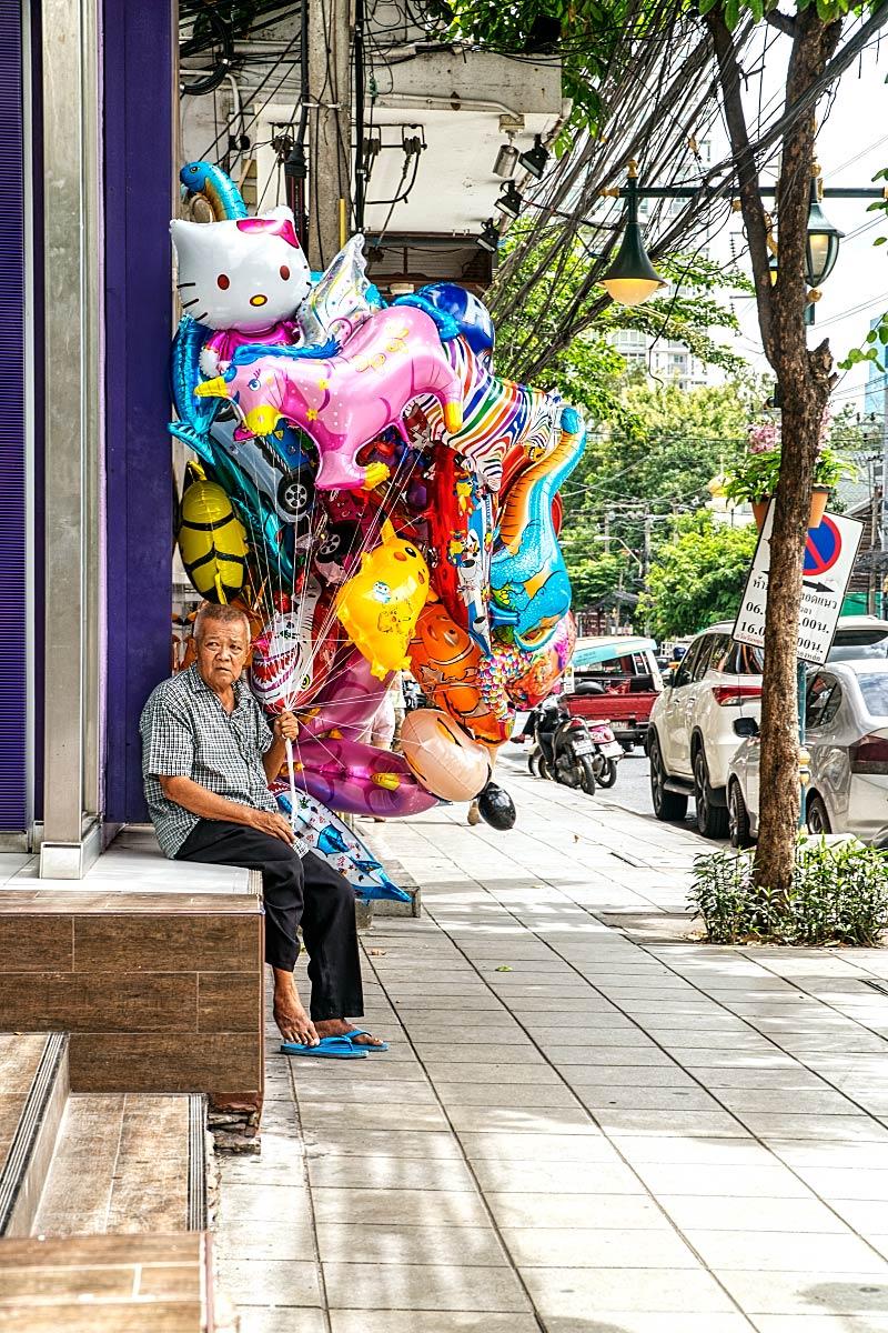 helium balloons seller