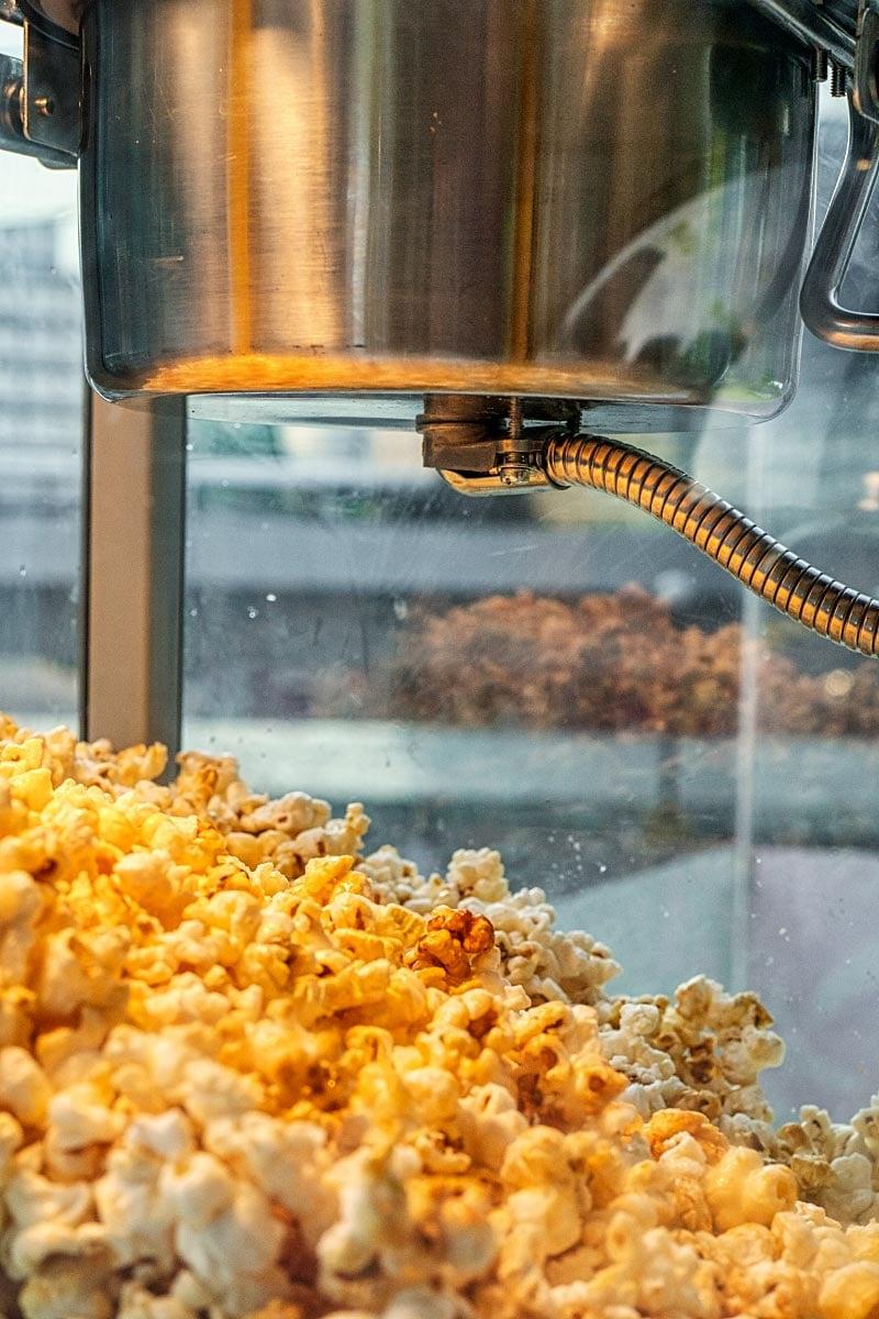 pop corn in machine