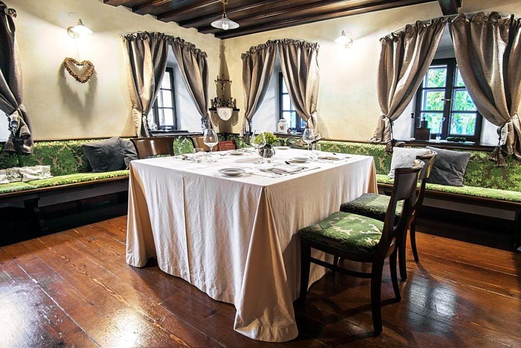 Kendov Dvorec dining room